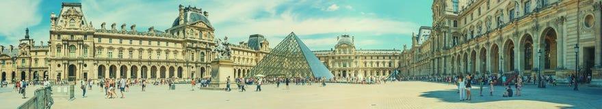 Pejzaż miejski, panorama, sztandar - widok louvre pałac obrazy royalty free