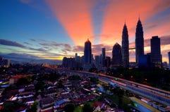 Pejzaż miejski podczas wschodu słońca z promieniem Zdjęcie Royalty Free