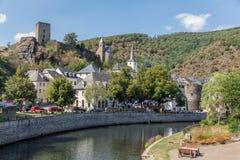 Pejzaż miejski przy średniowieczny pewnym z rzeką i grodową ruiną, Luksemburg obrazy stock