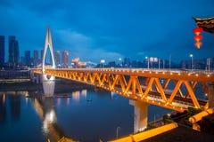 Pejzaż miejski przy Jialing rzeką Qianximen mostem i Zdjęcie Stock