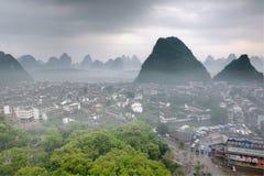 Pejzaż miejski w Azja Południowo-Wschodnia, Yangshuo miasteczko, odgórny widok, krasu wzgórze Obrazy Royalty Free