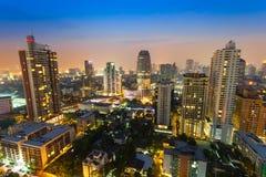Pejzaż miejski widok w nocy przy Sukumvit drogą, Tajlandia Obraz Stock