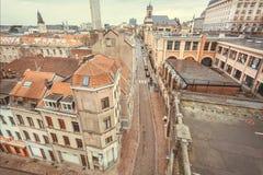Pejzaż miejski z dziejowymi wąskimi ulicami z starą płytką mieści i dachy obraz royalty free