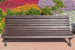 Pejzaż miejski z kolorowym kwiatu łóżkiem z ławką i Fotografia Royalty Free