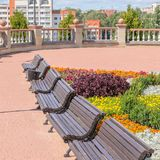 Pejzaż miejski z kolorowym kwiatu łóżkiem z ławkami i Zdjęcie Stock