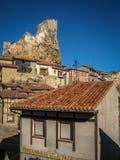 Pejzaż miejski z rujnującym kasztelem w miasteczku Frias w prowincji Burgos, Castilla y Leon, Hiszpania zdjęcia royalty free