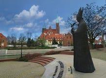 Pejzaż miejski z statuą kardynała BolesÅ 'aw Kominek obraz royalty free