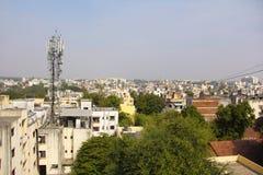 Pejzaż miejski z wiszącej ozdoby wierza i budynkiem, Chinchwad, Pune zdjęcia royalty free