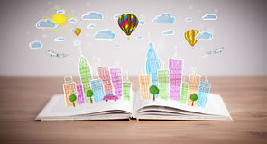 Pejzażu miejskiego rysunek na otwartej książce zdjęcie stock