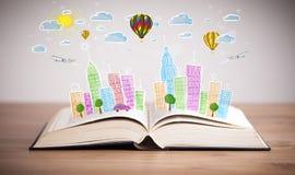 Pejzażu miejskiego rysunek na otwartej książce zdjęcie royalty free