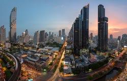 Pejzażu miejskiego widok Silom śródmieście w Bangkok miasta środkowym biznesowym śródmieściu przy zmierzchem obraz royalty free