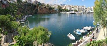 Pejzaż miejski Agios Nikolaos z swój jeziorem Voulismeni i schronieniem Obrazy Stock