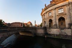 Pejzaż miejski Berlin, most, bodemuseum i bomblowanie rzeka, Zdjęcie Royalty Free