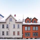 Pejzaż miejski miasteczko ulica z drewnianymi domami w Norwegia Fotografia Stock