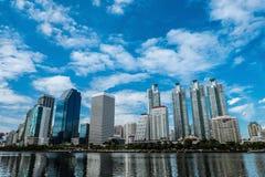 Pejzaż miejski przy Benjakiti parkiem z niebieskim niebem, Bangkok, Tajlandia Zdjęcia Stock