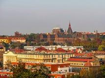 Pejza? miejski stary Praga, tafluj?cy dachy starzy domy fotografia stock
