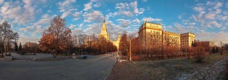 Pejzaż miejski zmierzchu Moskwa stanu uniwersytet pod chmurnym niebieskim niebem Fotografia Royalty Free