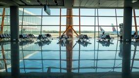 PEKÍN, CHINA - 1 DE ENERO DE 2018: Aeropuerto de China en Pekín Terminal de aeropuerto vacío vacío con los asientos de pasajero Imagen de archivo
