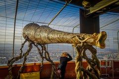 PEKÍN, CHINA - 29 DE ENERO DE 2017: Estatua grande que parece binocular para los tourits dentro del área del punto de visión de l Foto de archivo libre de regalías
