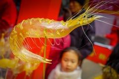 PEKÍN, CHINA - 29 DE ENERO DE 2017: La gente que asiste a los Años Nuevos justos en Longtan parquea, mercado del chino tradiciona Foto de archivo