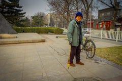 PEKÍN, CHINA - 29 DE ENERO DE 2017: La vieja pintura china del hombre con agua en las tejas de piedra, los Años Nuevos tradiciona Imagen de archivo