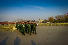 PEKÍN, CHINA - 29 DE ENERO DE 2017: Soldados chinos del ejército que marchan en las capas uniformes cuadradas del verde de Tianme Imágenes de archivo libres de regalías