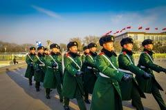 PEKÍN, CHINA - 29 DE ENERO DE 2017: Soldados chinos del ejército que marchan en las capas uniformes cuadradas del verde de Tianme Foto de archivo