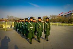 PEKÍN, CHINA - 29 DE ENERO DE 2017: Soldados chinos del ejército que marchan en las capas uniformes cuadradas del verde de Tianme Imagen de archivo libre de regalías