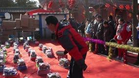 Pekín, China 2 de febrero de 2014: La gente juega a los juegos para los premios que ganan en la feria del templo en el parque de  almacen de metraje de vídeo