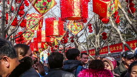 Pekín, China 2 de febrero de 2014: miles de gente se divierten en la feria del templo en el parque de Ditan durante festival de p metrajes
