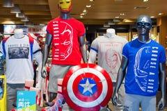PEKÍN, CHINA - 22 DE MAYO DE 2016: tienda de ropa con capitán Ameri fotografía de archivo