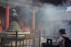 PEKÍN, CHINA - 21 DE SEPTIEMBRE DE 2017: La adoración de Buda Fotos de archivo libres de regalías