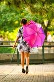 Pekín, China 07/06/2018 muchacha china que camina en el parque imagenes de archivo