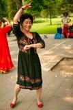 Pekín, China 07 06 Mujer feliz 2018 en danza negra del vestido en el parque foto de archivo