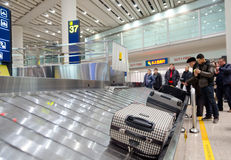 Área de la demanda del equipaje del aeropuerto Imagen de archivo libre de regalías