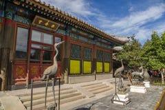 Pekín E Figuras de bronce delante de la fachada Pasillo de la felicidad y de la longevidad (Leshoutang) Fotos de archivo