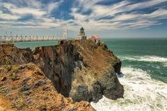 Peka Bonita Lighthouse utanför San Francisco, Kalifornien ställningar på slutet av en härlig upphängningbro Arkivfoton