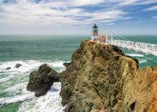 Peka Bonita Lighthouse utanför San Francisco, Kalifornien ställningar på slutet av en härlig upphängningbro Royaltyfri Bild