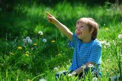 peka för pojke Fotografering för Bildbyråer