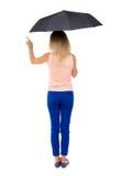 Peka kvinnan under ett paraply Arkivfoto