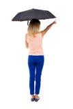 Peka kvinnan under ett paraply Royaltyfri Bild