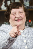 peka pensionären till kvinnan dig Arkivfoto