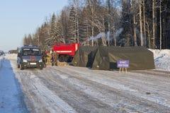 Peka uppvärmning på huvudvägen M8 i det Sokolsky området av den Vologda regionen royaltyfria bilder