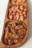 Pekannuss-Erdnuss in einer hölzernen Schüssel Stockbilder
