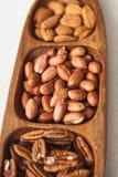 Pekannuss-Erdnuss-Mandel in einer hölzernen Schüssel Lizenzfreie Stockbilder