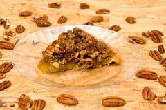 Pekannuss-Torten-Scheibe mit Pekannüssen Stockbilder