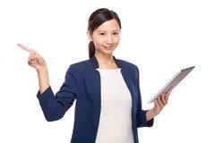 Pekar den digitala minnestavlan och fingret för affärskvinnahåll ut Arkivfoto