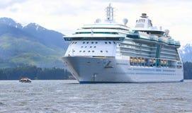 Pekar den Icy raksträckan för Alaska kryssningShip Royaltyfri Fotografi