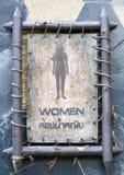 Den kvinnliga toaletten undertecknar fotografering för bildbyråer