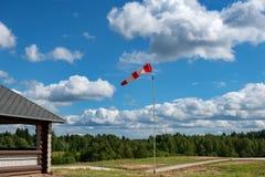 Pekare till riktningen och styrkan av vind Arkivfoto